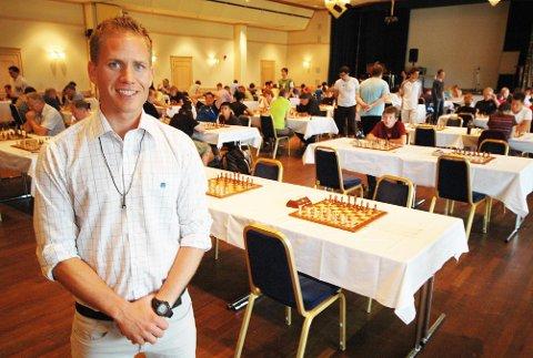 SJAKK! Robertsens hverdag består nå mye i sjakk - selv om han ikke spiller så mye selv.