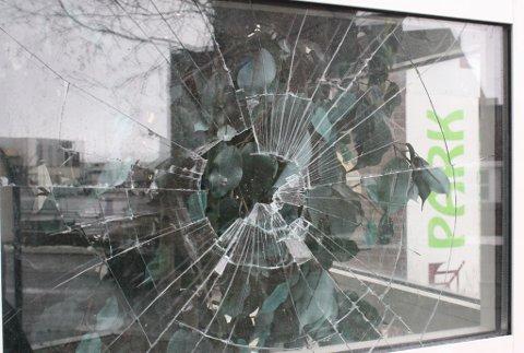 En mann i 20-årene lot sin frustrasjon gå ut over et vindu på Parksenteret ved Barila natt til lørdag. Saken vil bli videre etterforsket.