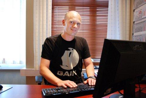 Stolt og spent: Larvik-forfatteren Frode Eie Larsen lanserer sin andre krimroman neste uke. (Foto: Kjersti Bache)