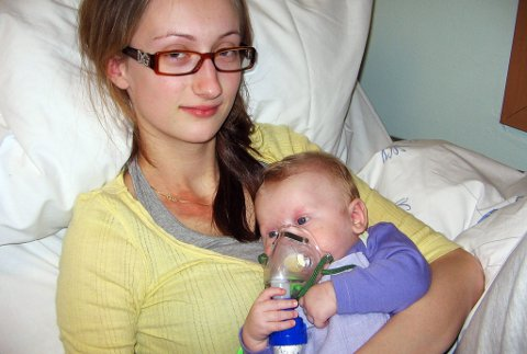 MYESYK: Gabriell hadde RS-virus og var svært dårlig. Han fikk da medisin i form av innhalasjon sammen med mamma Yvonne.