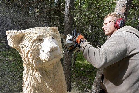 TRYGG: Tre dager brukte kunstneren på oppdraget. Dette er verdens eneste bjørnepark uten gjerde ...