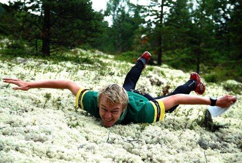 NORD-ØSTERDALSTERRENG: Jon Aukrust Osmoen viser at terrenget i Nørdalen byr på god sikt og ikke minst mjuk mosebunn. Foto: Idun Bækken