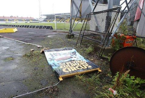 Flyter. Det flyter med skrot og søppel rett utenfor fotballbanen på Aspmyra. Er det dette publikum og presse skal møtes med når klubben skal spille eliteserie?