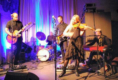 endelig ut til folket: Martine Kraft og bandet kunne endelig presentere låtene på hennes fjerde album live for publikum.Foto: Kenneth Dahlby
