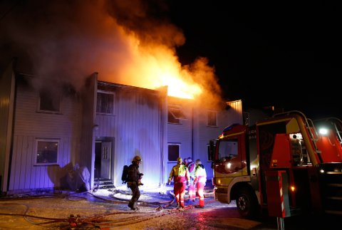 Tre personer er funnet omkommet etter en brann i et rekkehus i Solbergelva i Buskerud søndag.