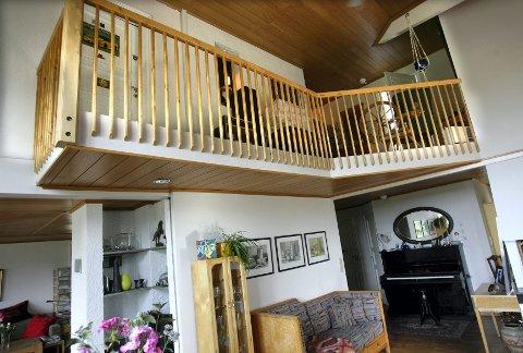 HJEMMESNEKRET: Ingunn og Sven har mange møbler som de selv snekret for 30 år siden da de gikk på snekkerlinja på Strømmen. Det blander de med gammelt arvegods ? pianoet i gangen er over 100 år gammelt.