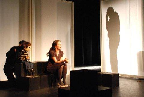 Sinna mann er blitt et teaterstykke der et utrolig viktig og tabubelagt tema blir tatt opp. F.v. Kari Bunæs med figurdokke, Vivian Hein og Porfirio Gutierrez (bak veggen). Foto: Viktor Leeds Høgseth