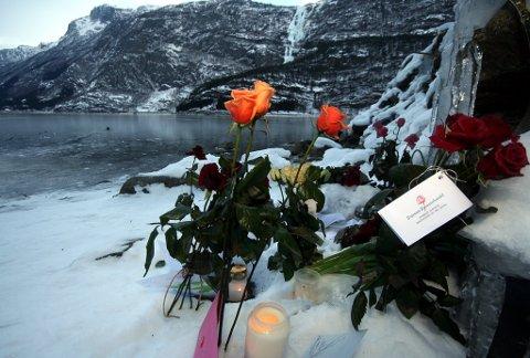 SORG . Eit heilt samfunn er i sorg etter tapet av Inge Børslien. Noko mange har vist med blomar og lys. Foto: Johs H. Sekse