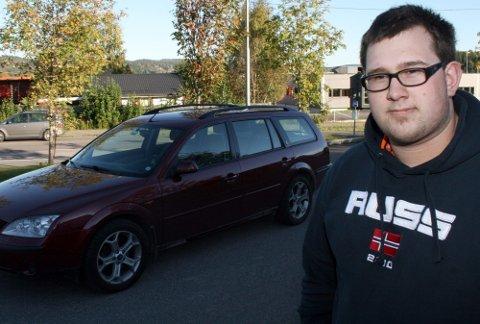 NØKTERN: Stian Holmsen (18) fra Skjetten sier han bevisst valgte å kjøpe en ? etter hans mening ? nøktern og sikker bil. ? Da trodde jeg forsikringen ville bli rimelig. Så kom prissjokket likevel, sier Holmsen. Foto: Brede Høgseth Wardrum