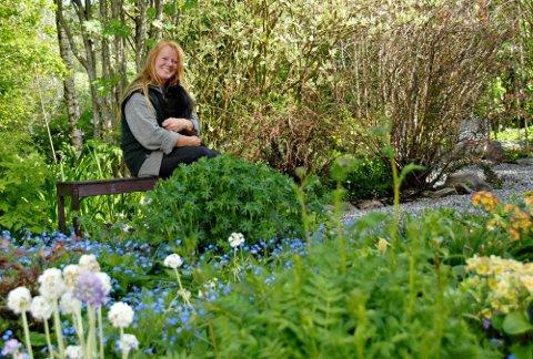 Hageentusiast: ? Jeg er ikke utdannet gartner, men må vel kalle meg over gjennomsnittlig interessert i planter og blomster. Gartneriet hadde ikke vært mulig uten samboeren min, Sverre. Han er teknisk sjef, sier Janne Moen.