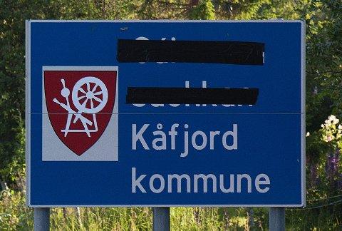 Slik så Kåfjord kommune-skiltet ut i forrige uke.