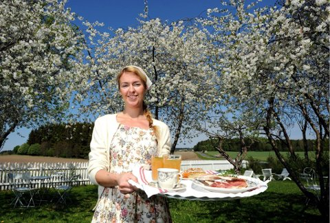 REN IDYLL: På en vakker sommerdag skaper Charlotte Sveinsen og hennes Skafferiet det reneste trafikkaos av idyllsøkende på Helgøya. 1000 gjester om dagen er helt vanlig.