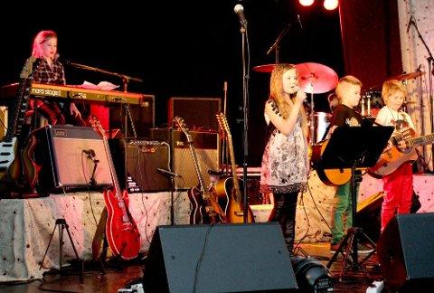 DEBUTERTE: Kræsj Pink imponerte publikum i Hattfjelldal da de sto på scenen for aller første gang lørdag kveld.   (Foto: Snorre P. Sjøvoll)