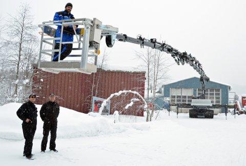 Marius Bekkelund henger over kollegene Øystein Engum og Finn Håvar Røste Sveum da den nye kranen ble testet mandag.