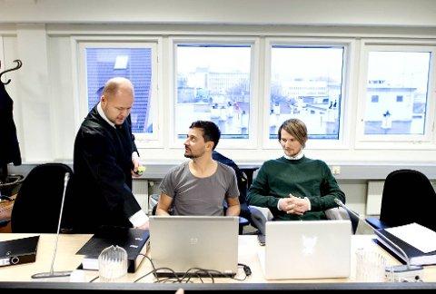 Röyksopps Svein Berge (i midten) og Torbjørn Brundtlandi Bergen tingrett sammen med sin advokat Harald Bjelke jr (til v.) Foto: SKJALG EKELAND