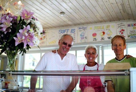NY EIER: Elisabeth Mikalsen tar over driften av Isi Bar i Høysand 1. februar neste år. Her er hun flankert av Augusto Rigo og Henning Lange. (Foto: Anders Olavesen)