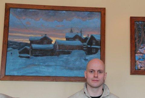 Typisk: Christer Tamnes Tronsmed med to av bildene som er typisk for det han er representert med under utstillinga. (Foto: Jon Høsøien)