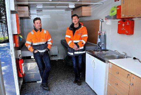 SENGEPLASSER: Sigbjørn Rød (t.h.) og Simen Larssen inne i sikkerhetsvogna, som har to sengeplasser.