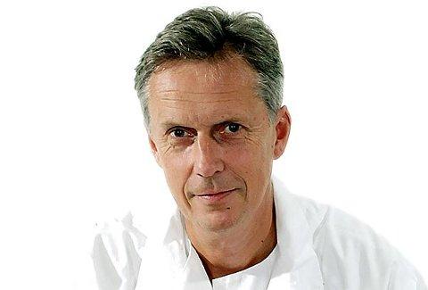 Avdelingsoverlege Ulf E. Kongsgaard ved Radiumhospitalet tror mange leger kvier seg for å gi å gi lindrende sedering til pasienter ved livets slutt. (Foto: Radiumhospitalet)
