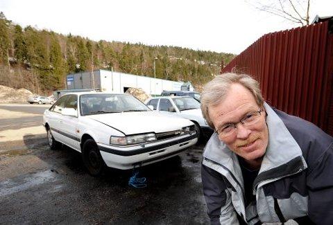 VRAKET BILEN: I går leverte Jan Olaf Moksheim bilen sin til opphugging. - Jeg hadde tenkt å bruke den som delebil, men når jeg da må betale veiavgift hadde jeg ikke noe valg, sier porsgrunnsmannen.