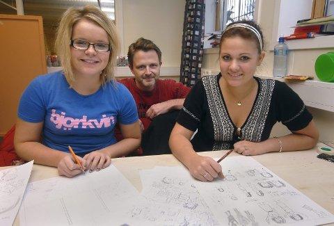 UNDERVISNING: Pernille Lynghaug Nyland (16) May-Liss Olderskog (16) var to av elevene på medier og kommunikasjon som fredag deltok på tegneserieworkshop med Torbjørn Lien.