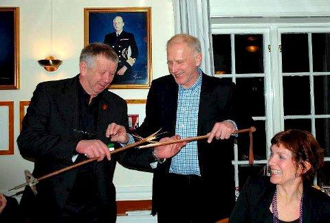 OL-president John Fredrik Tittei Fosse ser forskrekket på at Oddvar Brå brakk staven som han akkurat hadde fått i gave av Brevik Olympiske Komité som takk for at han tente OL-ilden under åpningsseremonien.