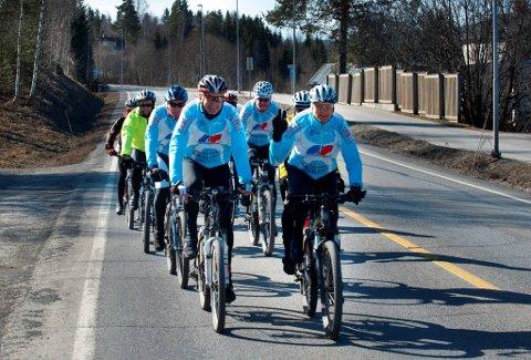 Tryggest slik: Når vi er på treningsturer, føles det ofte tryggest å sykle to og to i bredden, sier syklistene i Toten-kranken CK på Raufoss. Her er de på treningstur på gamle Riksveg 4.