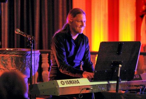 PÅ PIANO: ? Jeg må nok påregne å bli filmet, også, sier Bjørge Verbaan lakonisk, slik vi alltid er vant til å se ham, bak tangentene. FOTO: VIDAR NYGÅRDSETER (ARKIV)