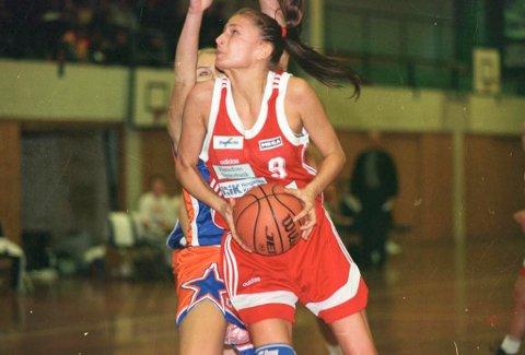 Julie Helgesen i aksjon for Hønefoss Baketballklubb (arkivbilde).