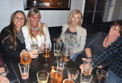 KOS PÅ PUB: Randi Kåsin (fra venstre), Hilde Kristiansen, Sissel Eidsand og Anne Grime setter pris på det nye pubtilbudet i Brandbu.