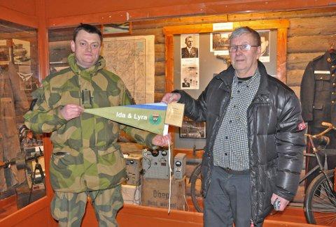 TJENESTEBOKEN: Major Knut Hammerhaug er sjef for innsatsstyrken HV-17, og han overrakte tjenesteboken, som hadde tilhørt motstandshelt Harry Pettersen etter den 2. verdenskrigen til Einar Blomkvist.