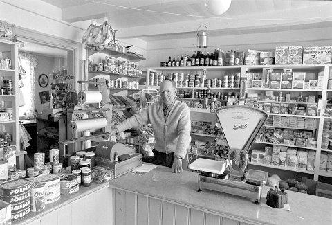 Shopping anno 1970: I Lyngør har fotografen blant andre foreviget Peder Pedersen, som drev butikken på Lyngørsida.