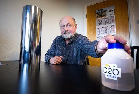 NØDVENDIG: Tungtvannet (til h) er nødvendig for å bremse ned nøytronene fra fisjonene, forklarer fysiker Sverre Hval. Her er det silisiumkrystall ( til v.) som er viktig for å lage god halvledere for elektronikk.  FOTO KAY STENSHJEMMET