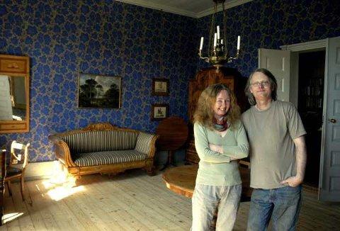 Herskapelig: Her er Bente Bjerknes og Ragnar Kristensen i en av stuene i andre etasje.