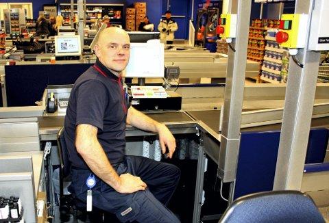 KONKURRANSEDYKTIG: Rema 1000s butikksjef i Lillestrøm, Håvard Thorsvik, kan konstatere at ikke alt er dyrere hos ham.