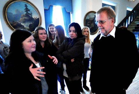 EN GOD PRAT: Mina Myrvold (13) og forfatter Klaus Hagerup i en samtale om litteratur- og skriveglede.