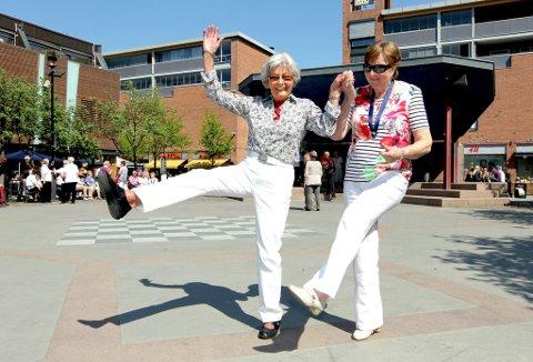 LETT PÅ TÅ: Seniorene svinger seg i byens sentrum, Edith Grime (t.v., 75) og Marit Sander (78) har en lett dansefot. Her deltar de på seniordansen.