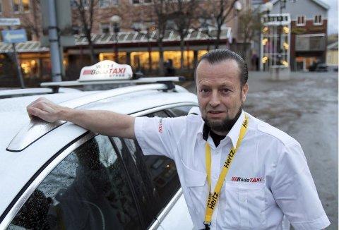 Ser du feilen. Sjåfør Per Inge Liljar får ikke tildelt turer fra Bodø taxi fordi han har sort t-skjorte under sin hvite uniform. Han nekter å kneppe igjen, mens leder i Bodø taxi nekter å åpne for en mer liberal tolkning av uniformsreglementet. Foto: Per Torbjørn Jystad