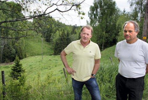 ØNSKER RASSIKRING: Anleggsleder Aage Jødahl (t.v.) og gårdbruker Espen Bjerke ønsker å sikre mot utglidninger ved å legge et massedeponi over Jeksla ved Bjerke mellom Frogner og Kløfta. Deponiet er tenkt 10?11 meter over dalbunnen, med dyrka mark på toppen. BEGGE FOTO: RUNE Fjellvang