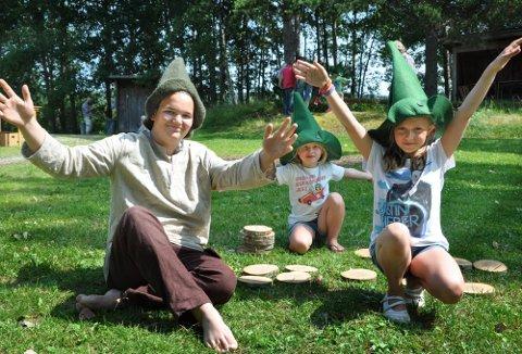 VÆR HILSET: Morten «Snublefot» Lippestad (15), Wilma Larsdatter Jaavall (5) og Amanda Elgetun (9) demonstrerer Stubbefolkets særegne hilsen under samlingen på Joval gård i Rødenes.