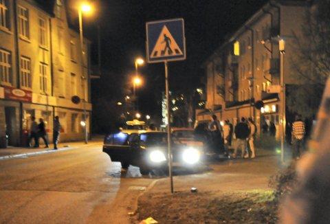 STENGT GATE: Jernbanegaten i Mysen blir stengt for ordinær trafikk på kveldene i helgene, men det hindrer likevel ikke piratdrosjene fra å holde på. ARKIVFOTO: Monika Aaserud