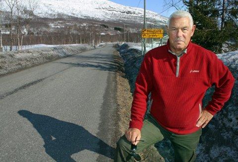 PROTESTERER: Kjell-Halvard Knutsen ber politikerne i Lenvik om å skamme seg etter at de vedtok at veien gjennom bygda skal hete Burmaveien, et klengenavn som brukes nedsettende på folkemunne. Foto: Torgeir Bråthen