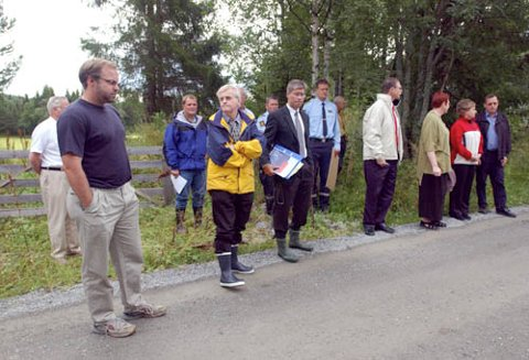 ÅSTED: Tingretten er her på befaring på stedet hvor Johannes Åsheim ble bitt  i hjel av løshunder.