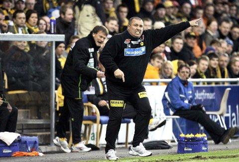 ÅPNINGSKAMP: I seriestarten mot Fredrikstad hadde Tom Nordlie ingen problemer å få spillerne til å yte maks (seier 3-0). I kveld krever han et personlig ansvar fra alle som er på banen etter den ydmykende kampen mot Käerjéng.  FOTO: SCANPIX