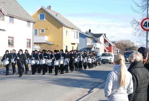 Både på balkonger og langs gatene var det folk som ønsket å se og høre Bodø paradekorps.