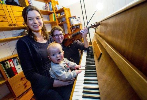 UNDERVISER HJEMME: Mie og Øystein Klubbenes Vingerhagen (24) planla å flytte til-bake til hjembyen Sarpsborg og starte egen musikkskole når studiene var unnagjort. Med på flyttelasset var også sønnen Ludvig, ni måneder.