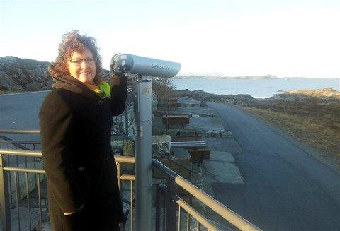 Ordfører Ann-Kristin Sørvik i Averøy kommune kunne fredag morgen teste den den nye kikkerten på rasteplassen ved Atlanterhavstunnelen.