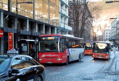 Det er ofte trengsel her i Olav Kyrres gate for bussene. Nå kan BA vise deg de mest brukte buss- og banestoppene i sentrum.