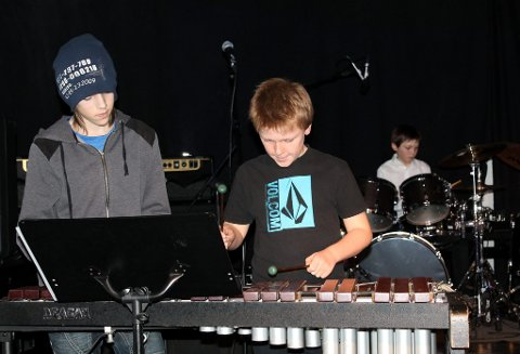 Slagverkerne Åsmund Haugaard (xylofon), Herman Berge Hansen (xylofon), Truls Østvedt (trommesett) og Haakon Nilsen (pauker) spilte flott sammen og ga publikum en god opplevelse under kulturskolens husrockekonsert mandag.