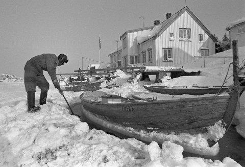 Lyngør i 1970: Ottar Johansen har valgt ut mange bilder fra Lyngør. Å sørge for at båten ikke frøs fast, var en viktig oppgave vinterstid.